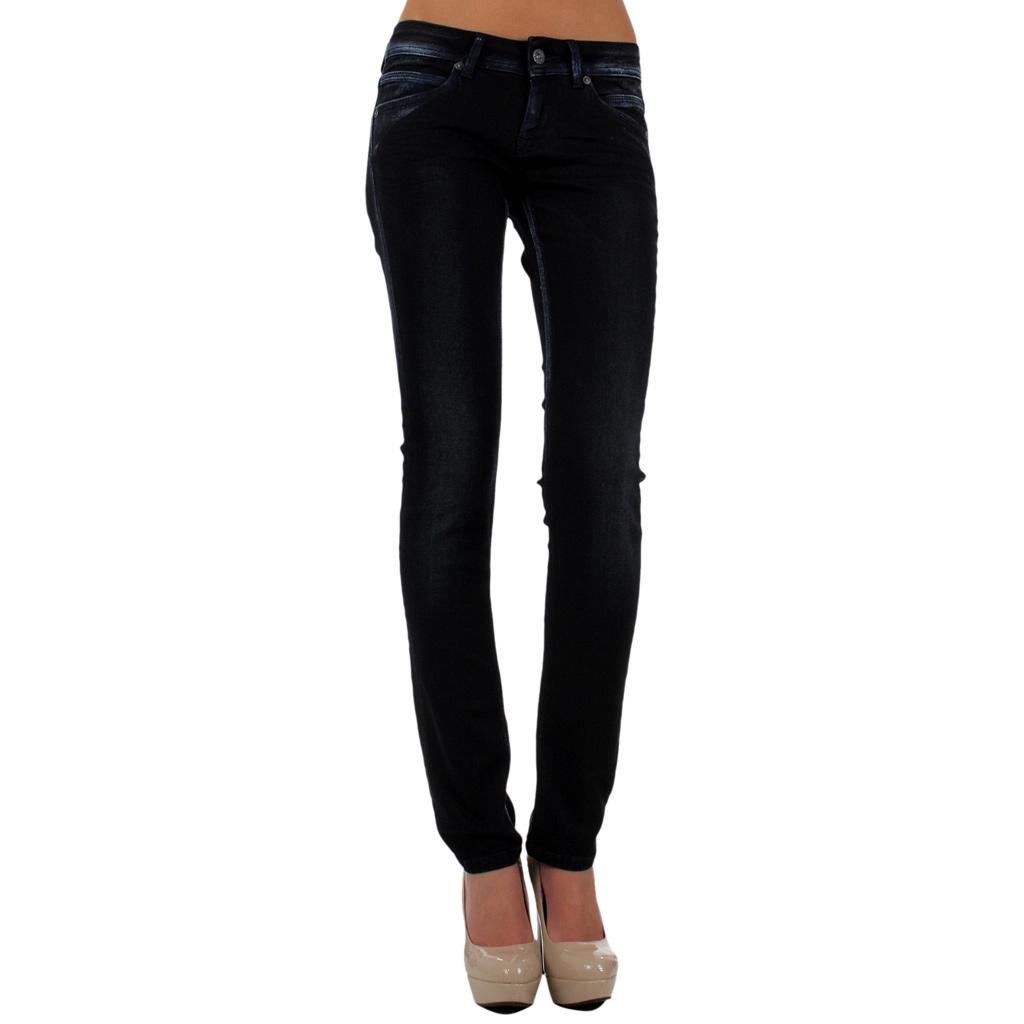 La tenue idéale est en jeans