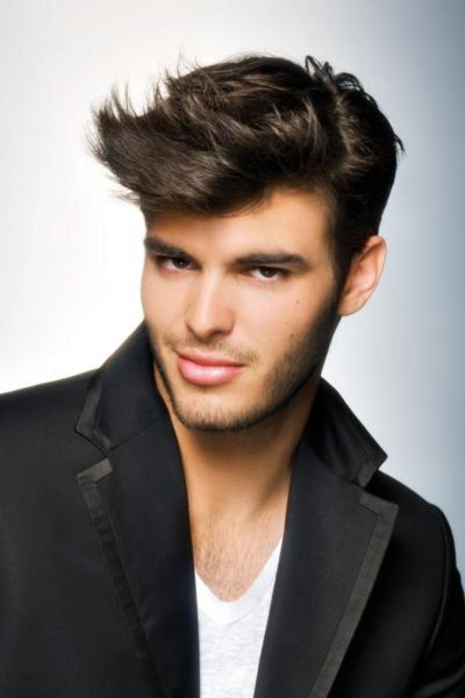 Cheveux il faut une coupe qui corresponde la forme de for Coupe de cheveux qui affine le visage homme